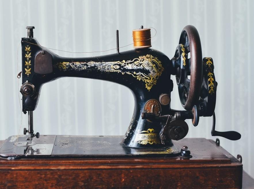 Ancienne machine à coudre - vêtements éthiques