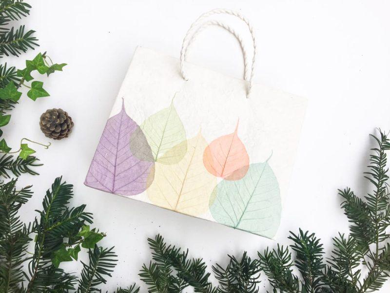 Sac cadeau artisanal pour Noël - Feuilles multicolores