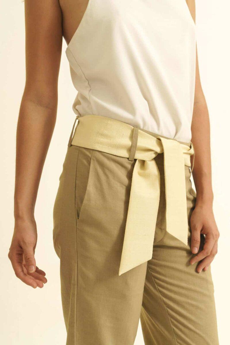 Mannequin sur fonds blanc - Pantalon équitable en lin coupe droite - couleur beige - ceinture en soie sauvage beige - porté sur top blanc - vue détail