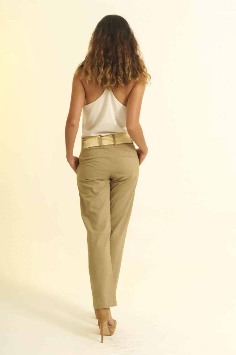 Mannequin sur fonds blanc - Pantalon équitable en lin coupe droite - couleur beige - ceinture en soie sauvage beige - porté sur top blanc - vue dos