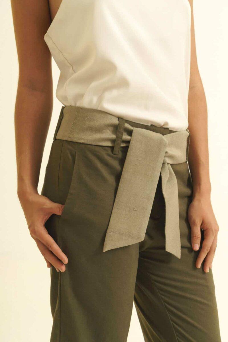 Mannequin sur fonds blanc - Pantalon équitable en lin coupe droite - couleur vert- ceinture en soie sauvage grise - porté sur top blanc - vue détail