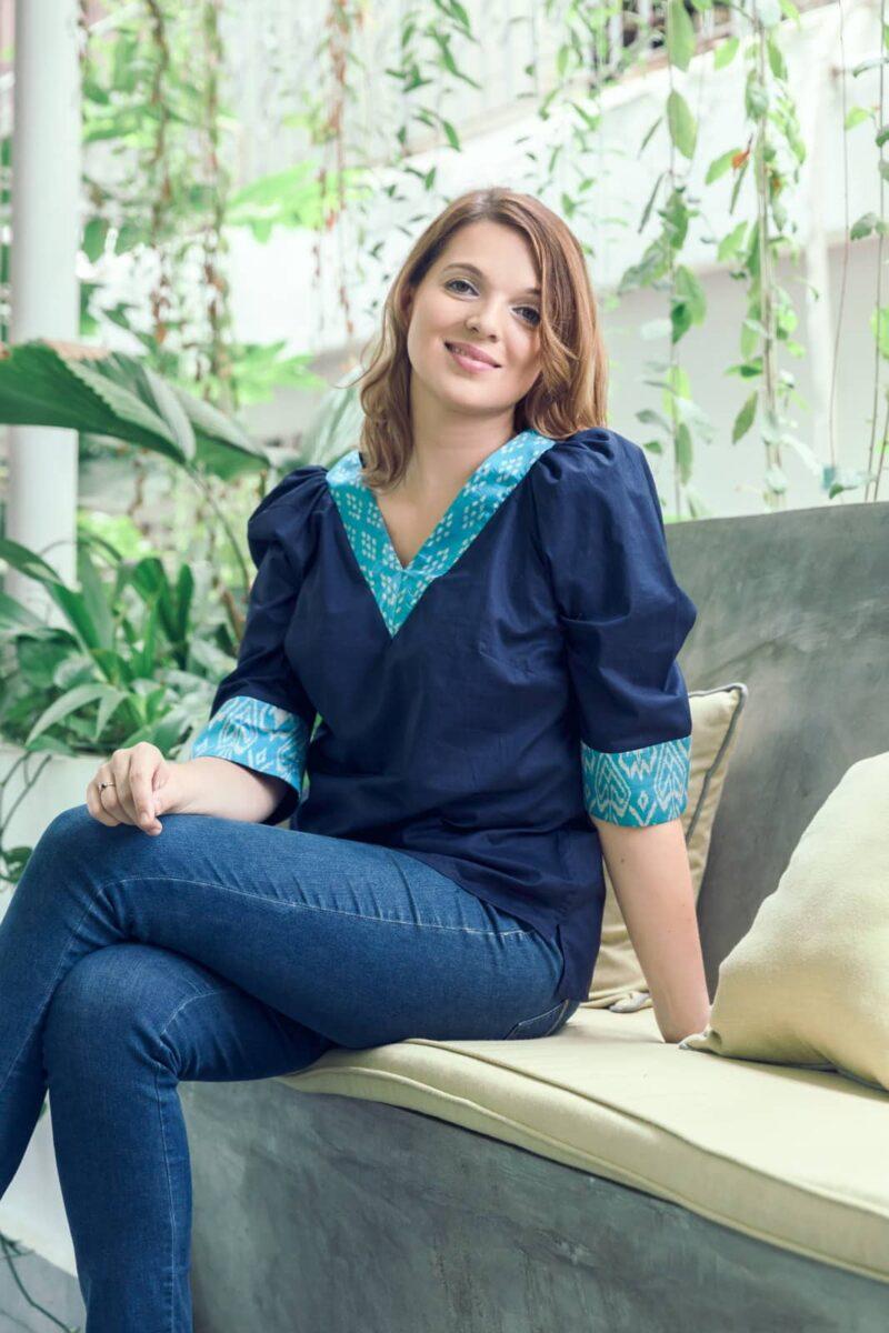 MUUDANA-Mode eco responsable-Blouse Sabay-Coton et soie-Motif Ikat-Couleur Bleu-Vue Trois quart assise - Vertical