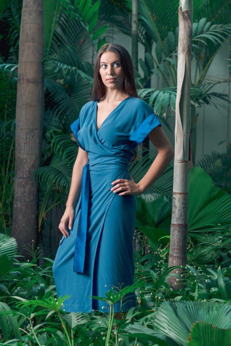 MUUDANA-Mode eco responsable-Robe Angkor-Coton et soie-Couleur Bleue-Vue cote jardin tropical - Vertical