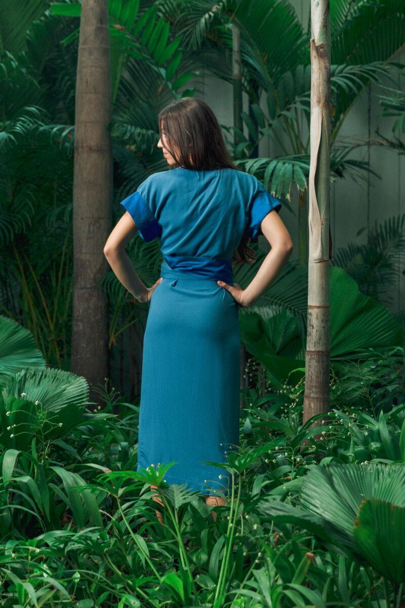 MUUDANA-Mode eco responsable-Robe Angkor-Coton et soie-Couleur Bleue-Vue dos jardin tropical - Vertical
