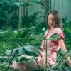 MUUDANA-Mode eco responsable-Robe Angkor-Coton et soie-Couleur Rose-Vue cote sur bassin et plantes aquatiques - Vertical