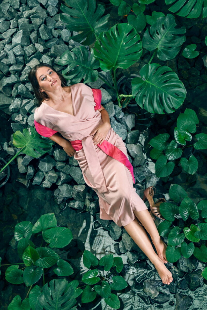 MUUDANA-Mode eco responsable-Robe Angkor-Coton et soie-Couleur Rose-Vue dessous sur bassin et plantes aquatiques - Vertical