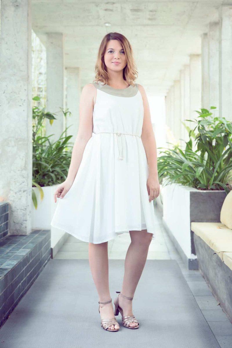 MUUDANA-Mode eco responsable-Robe Apsara-Coton et soie- Couleur Blanc-Vue face couloir-Avec ceinture - Vertical