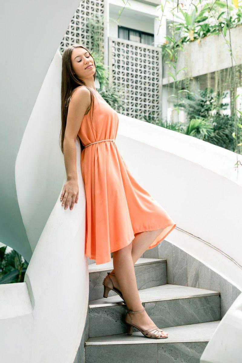 MUUDANA-Mode eco responsable-Robe Apsara-Coton et soie- Couleur Peche-Vue cote-Avec ceinture - Vertical
