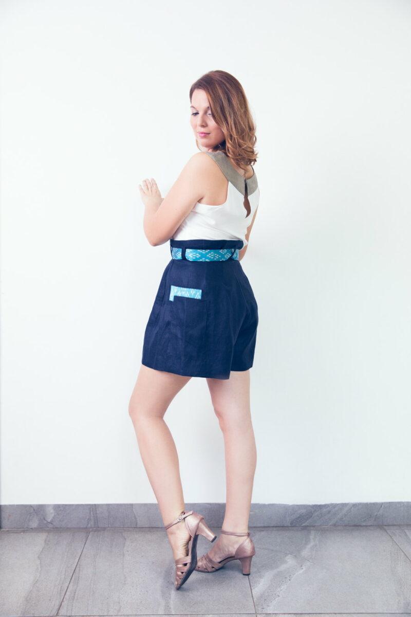 MUUDANA-Mode eco responsable-Short Tonle-Lin et soie-Couleur Bleu-Vue cote avec Top Apsara - Vertical
