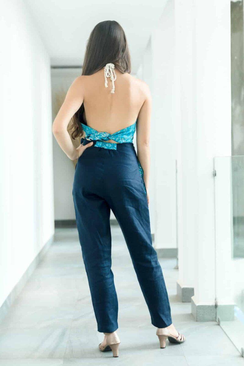 MUUDANA-Mode eco responsable femme-Pantalon cigarette Bassac-Lin et Soie tisse main-Motif Ikat-Couleur Bleu-vue dos - Vertical