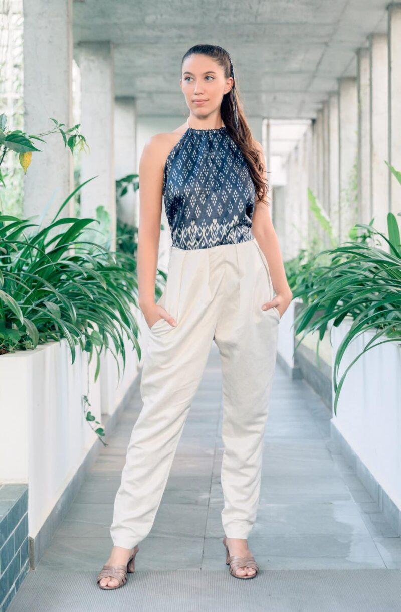 MUUDANA-Mode eco responsable femme-Pantalon cigarette Bassac-Lin et Soie tisse main-Motif Ikat-Couleur Crème et gris-vue face - Vertical