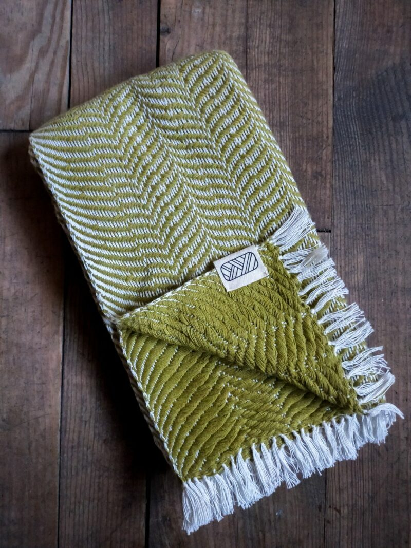 Echarpe verte en coton sur bois
