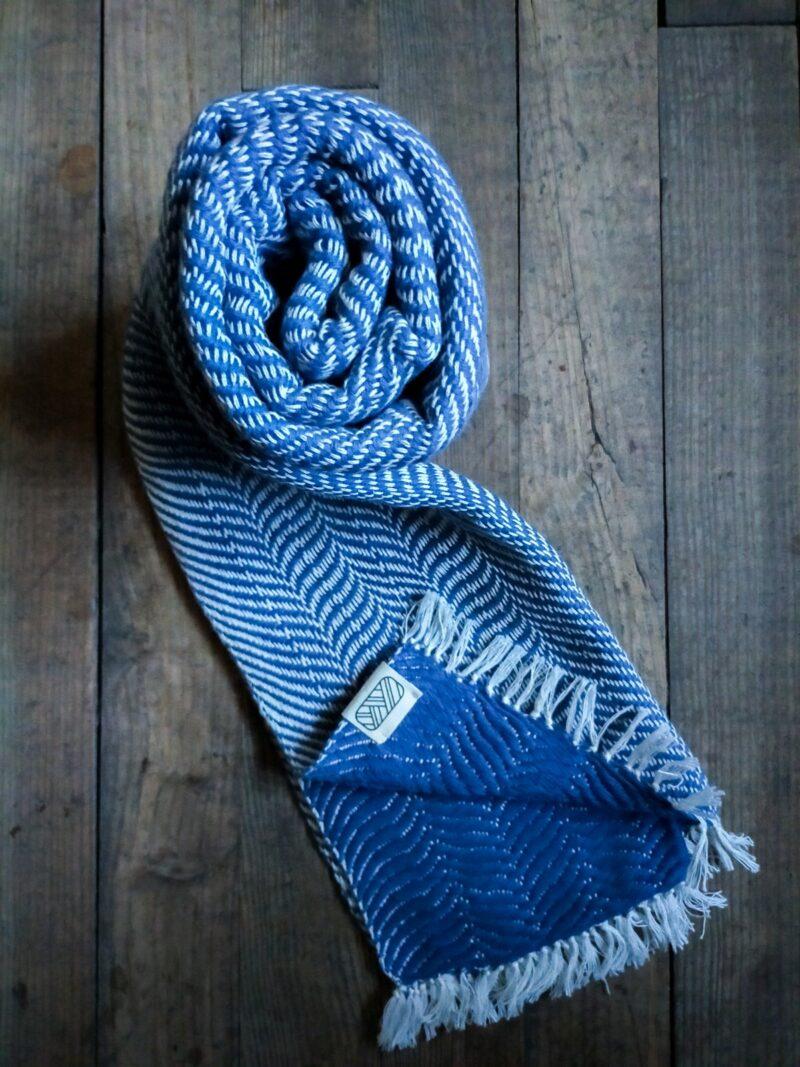 Echarpe bleue en coton sur bois