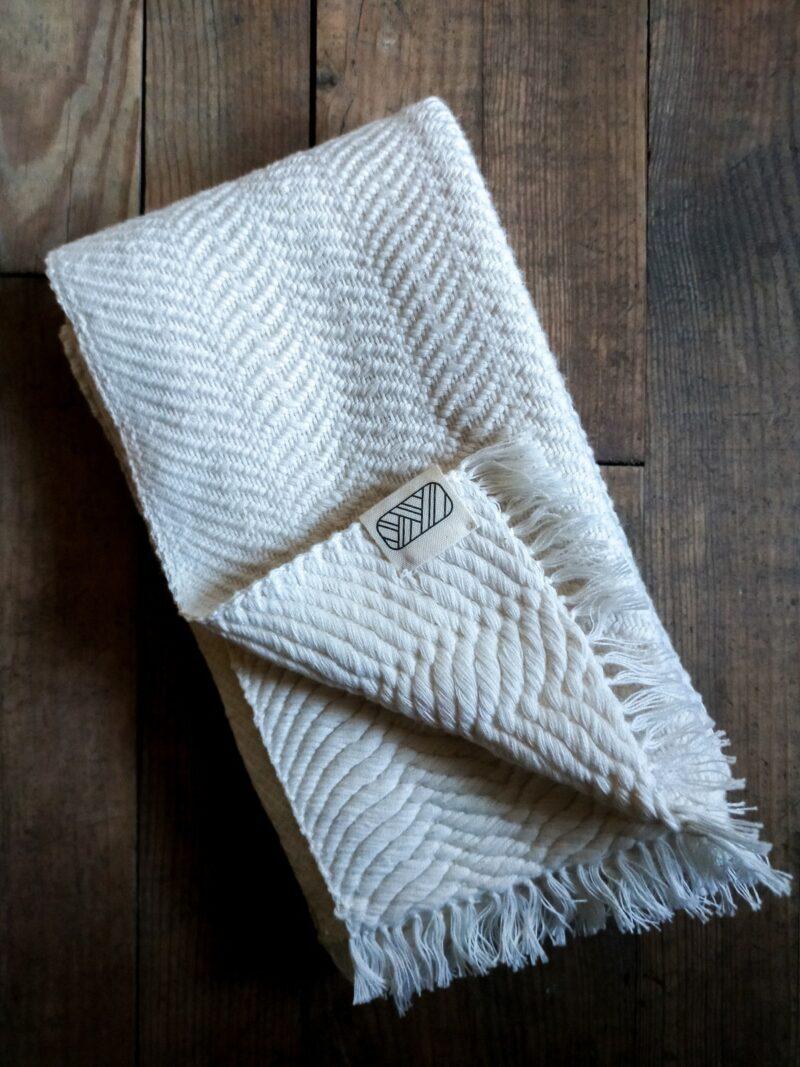 Echarpe blanche en coton sur bois