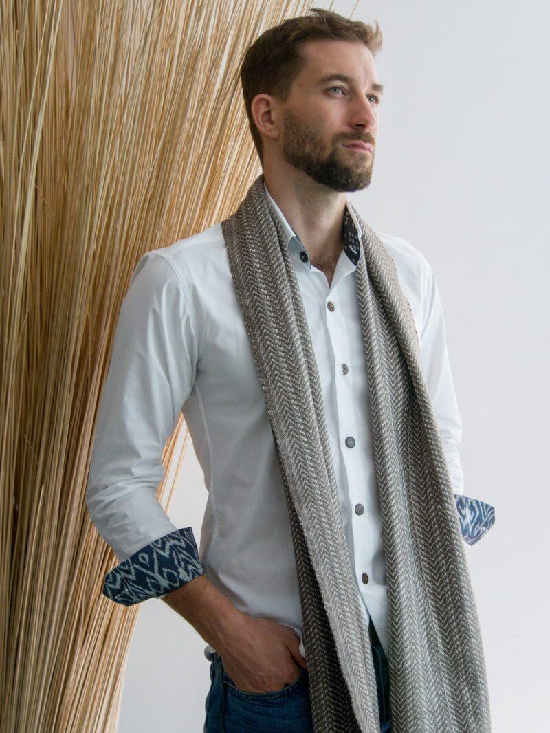 Echarpe coton brune portée par homme en chemise blanche