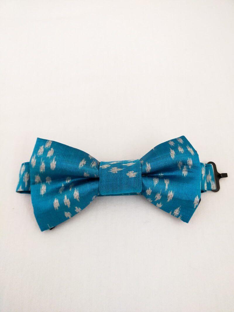 Noeud papillon équitable en soie bleu motif blanc
