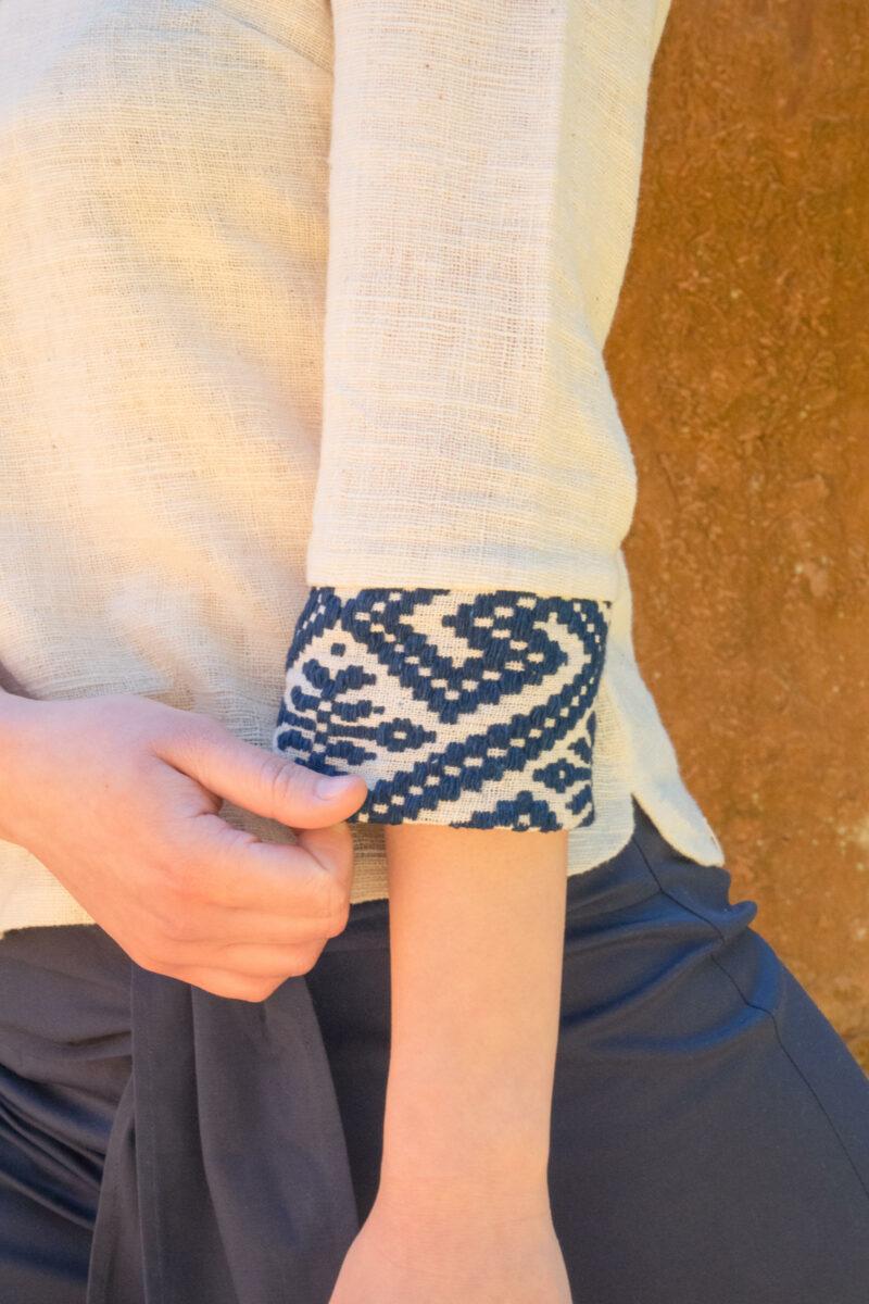 Manche blouse coton bio blanche et tissages traditionnels bleus