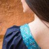 Femme de dos portant blouse soie bleue détail