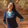 Femme portant blouse soie bleue détail