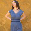 Femme portant combinaison pantalon bleue ceinture soie