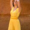 Femme portant combinaison pantalon jaune ceinture soie