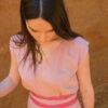 Femme portant combinaison pantalon rose ceinture soie