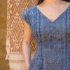 Femme portant combi short motif batik indigo