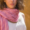 Femme portant foulard soie organza fait main rose