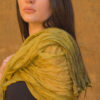 Femme portant foulard soie organza fait main jaune