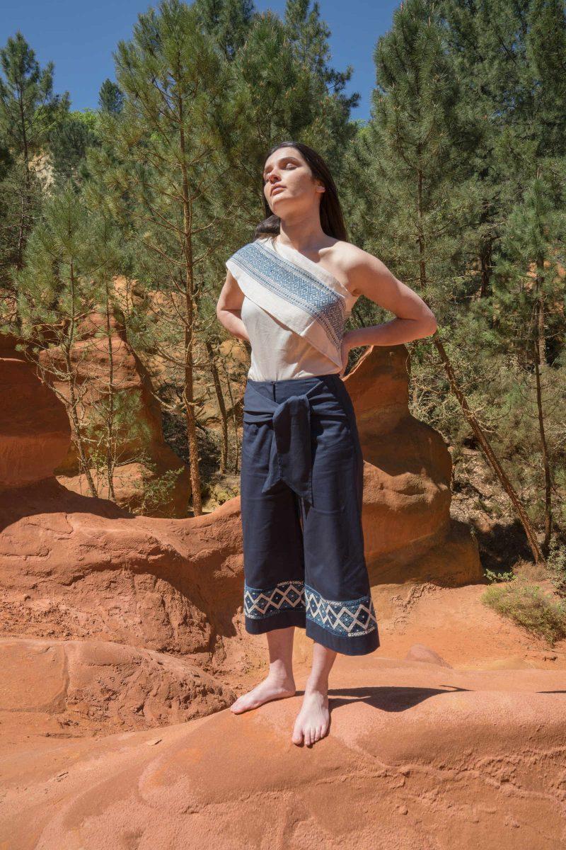 femme portant pantacourt motif ethnique