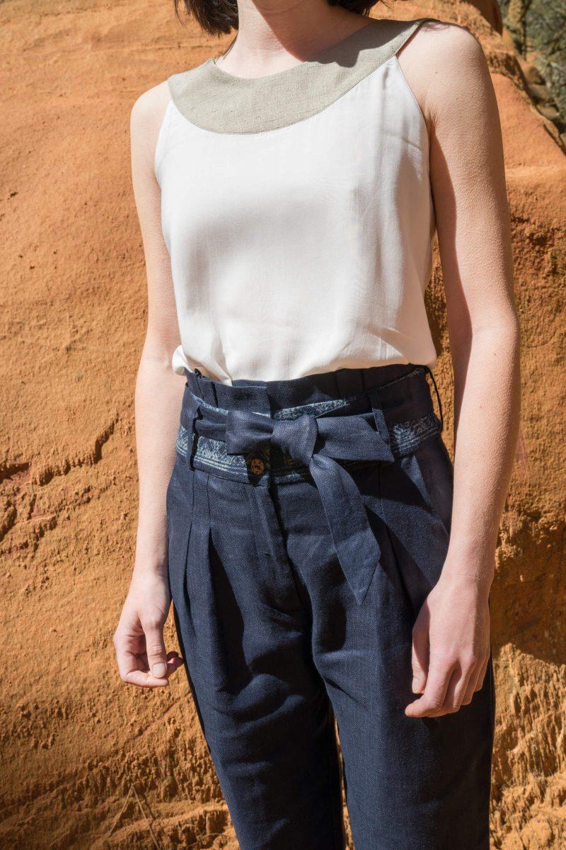 femme portant pantalon lin bleu ceinture