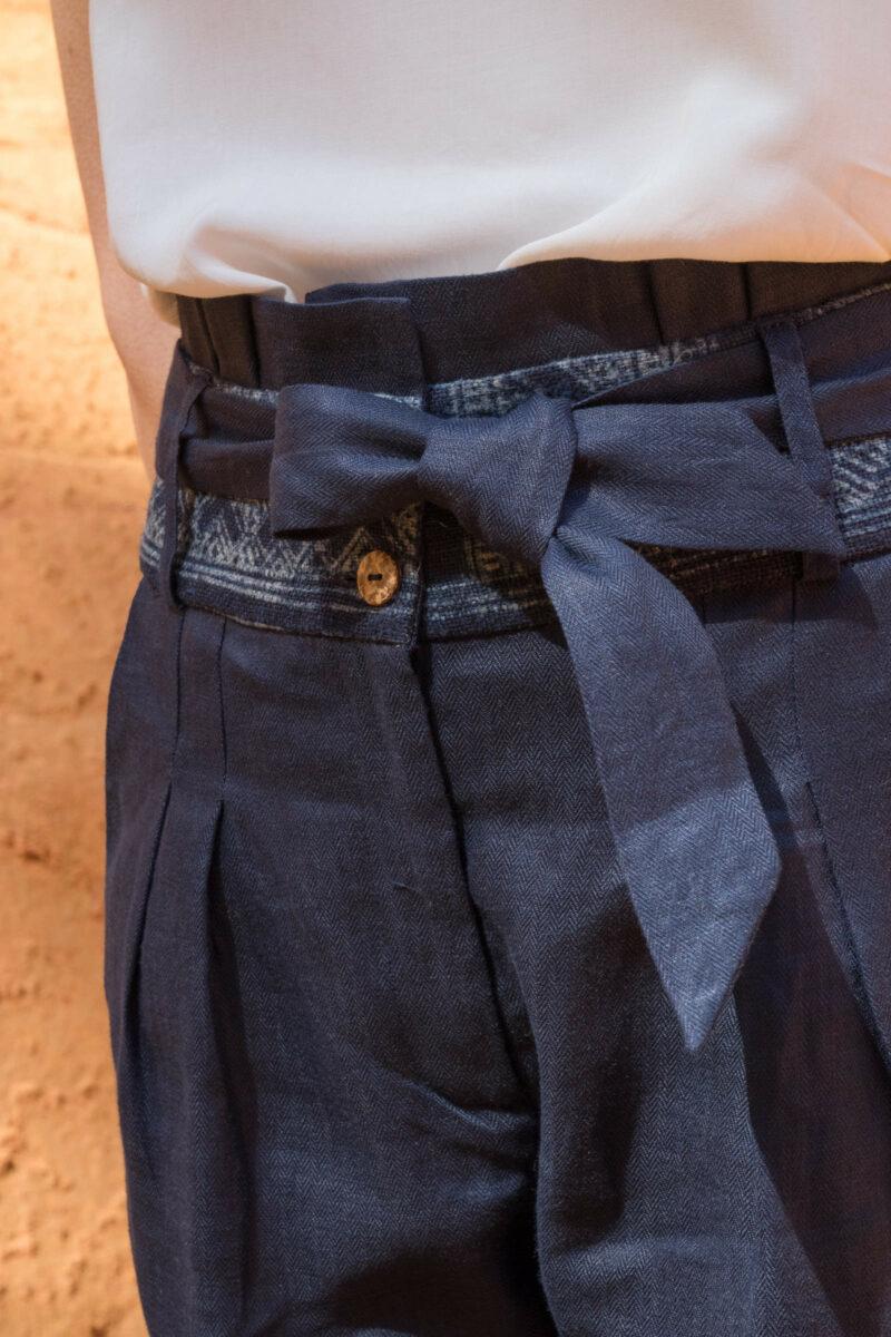 détail pantalon lin bleu ceinture