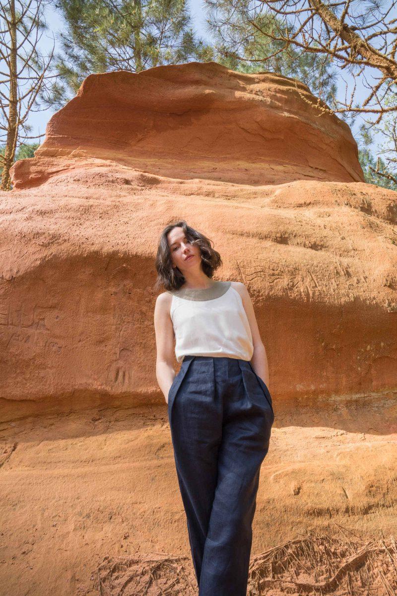 femme portant pantalon lin pinces plates