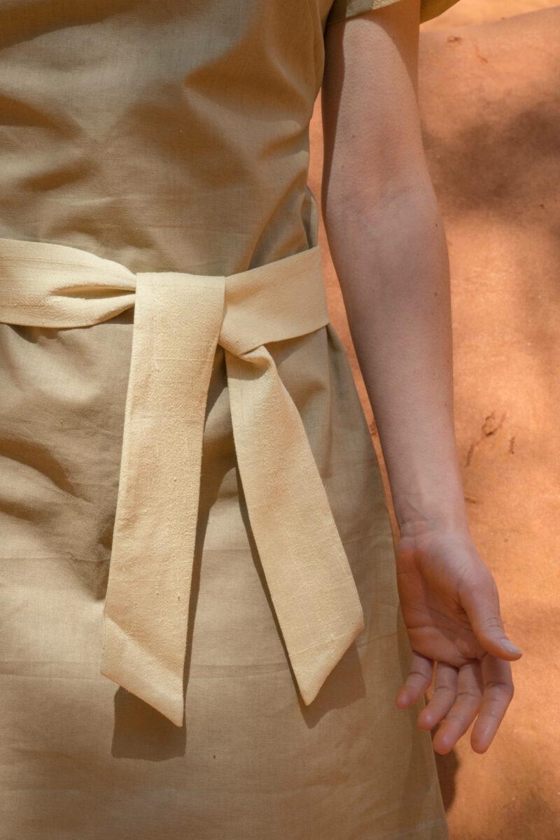 Detail femme portant robe lin beige soie sauvage
