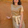 Femme portant robe lin beige soie sauvage