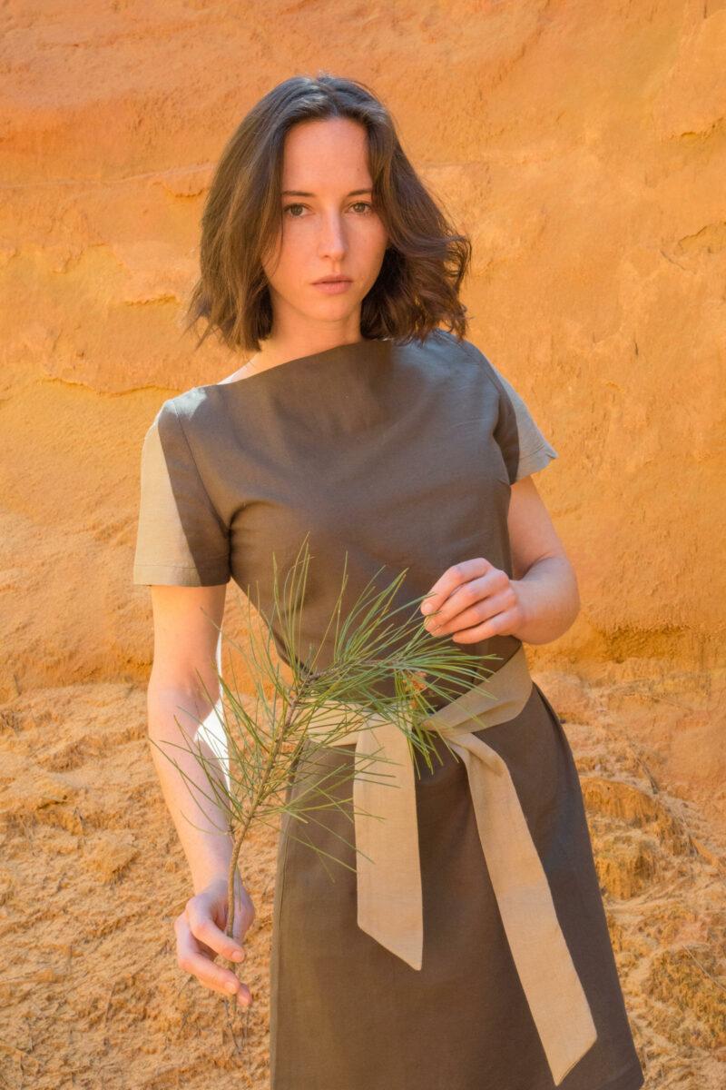 Femme portant robe lin vert soie sauvage