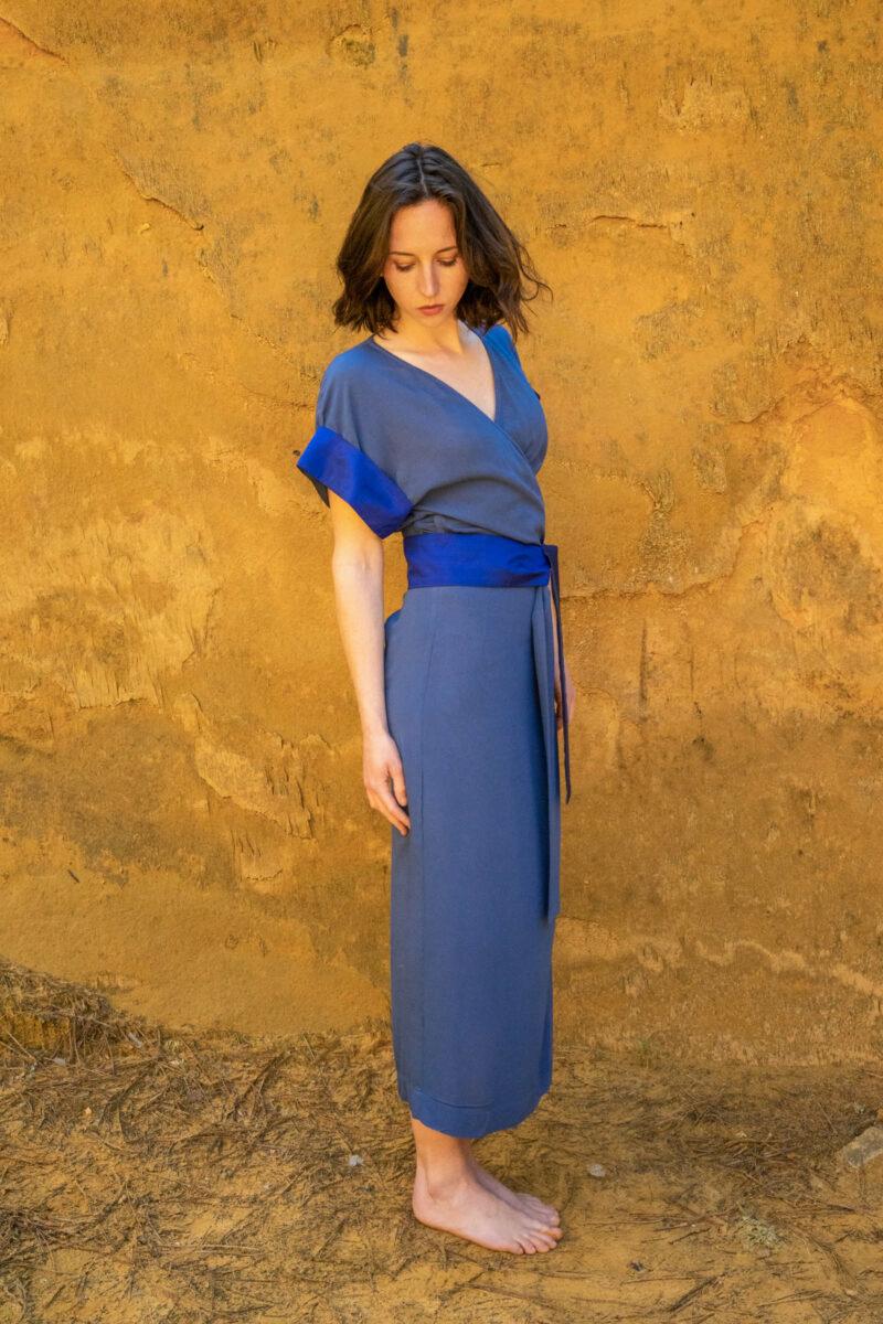 femme portant robe portefeuille bleue soie traditionnelle