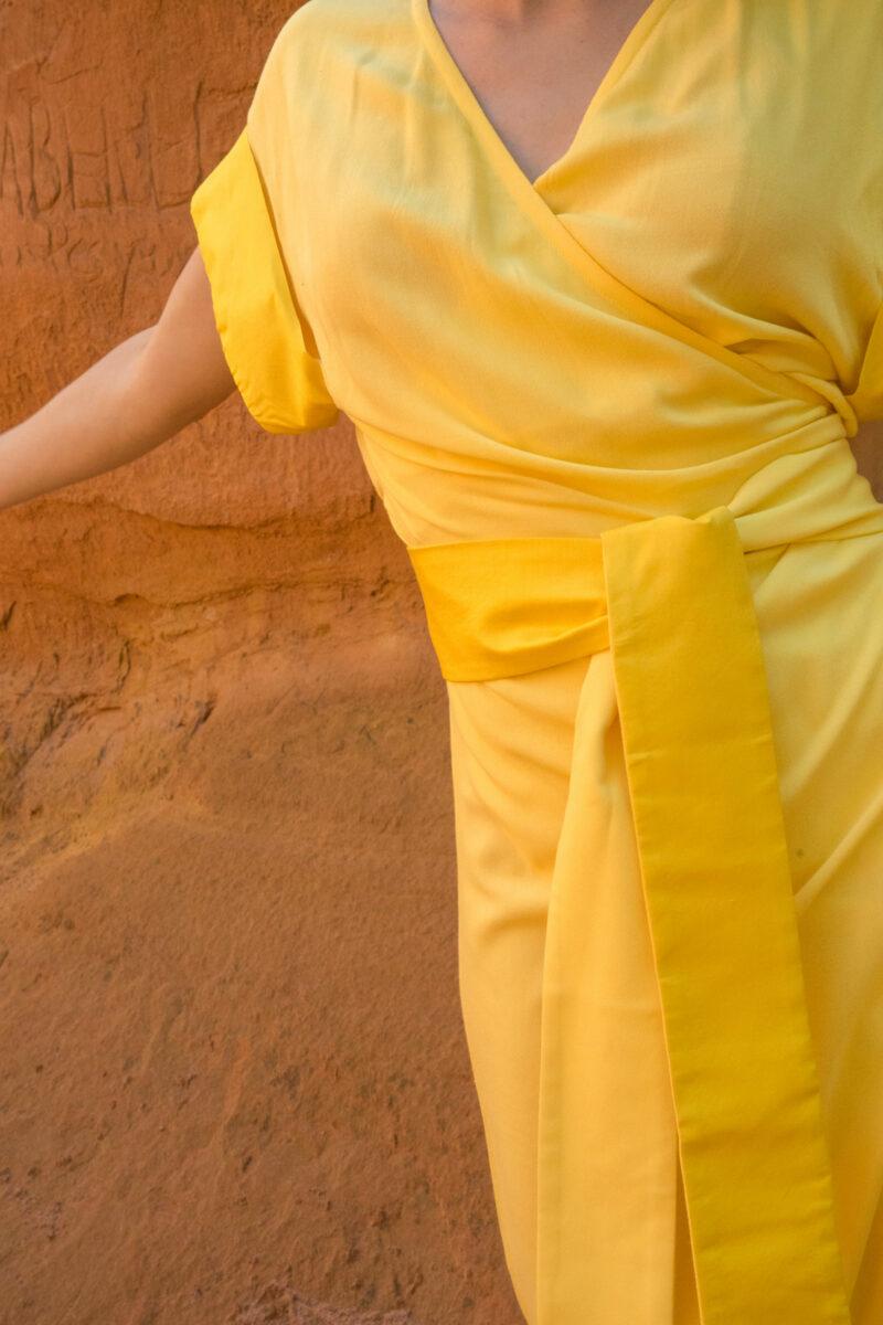 femme portant robe portefeuille jaune soie traditionnelle