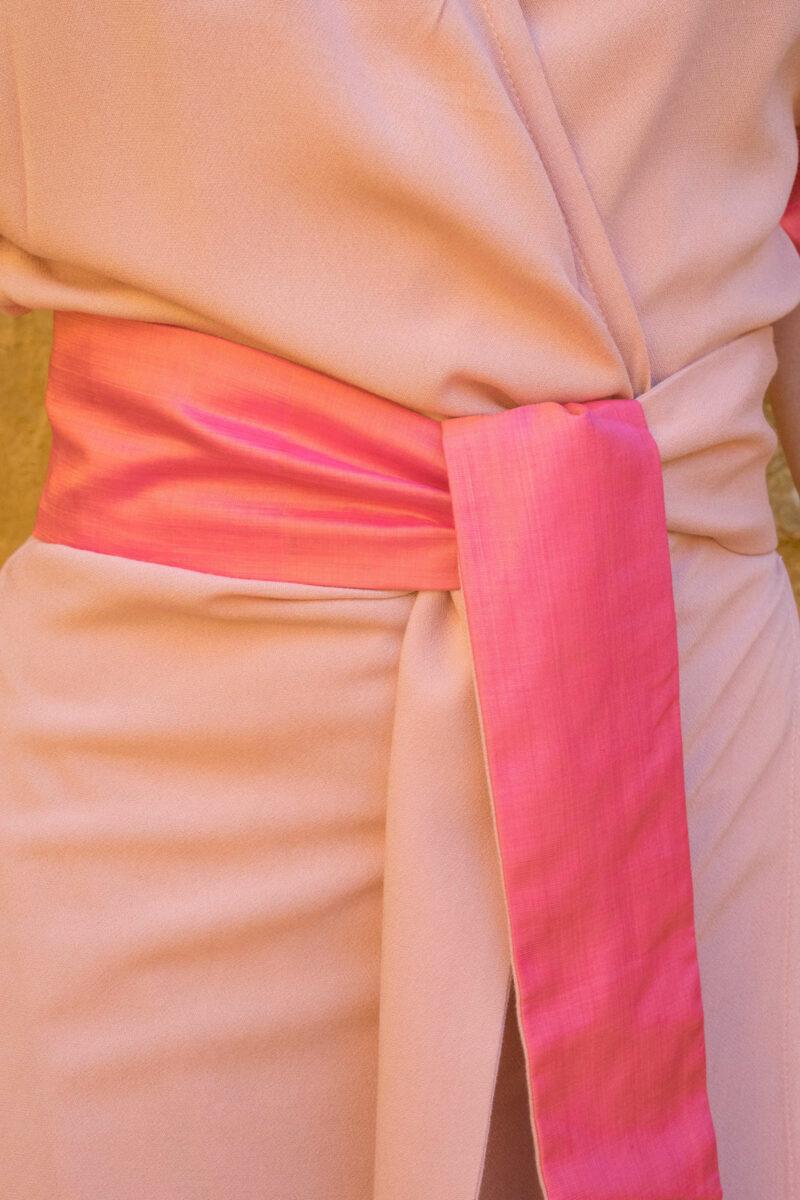femme portant robe portefeuille rose soie traditionnelle
