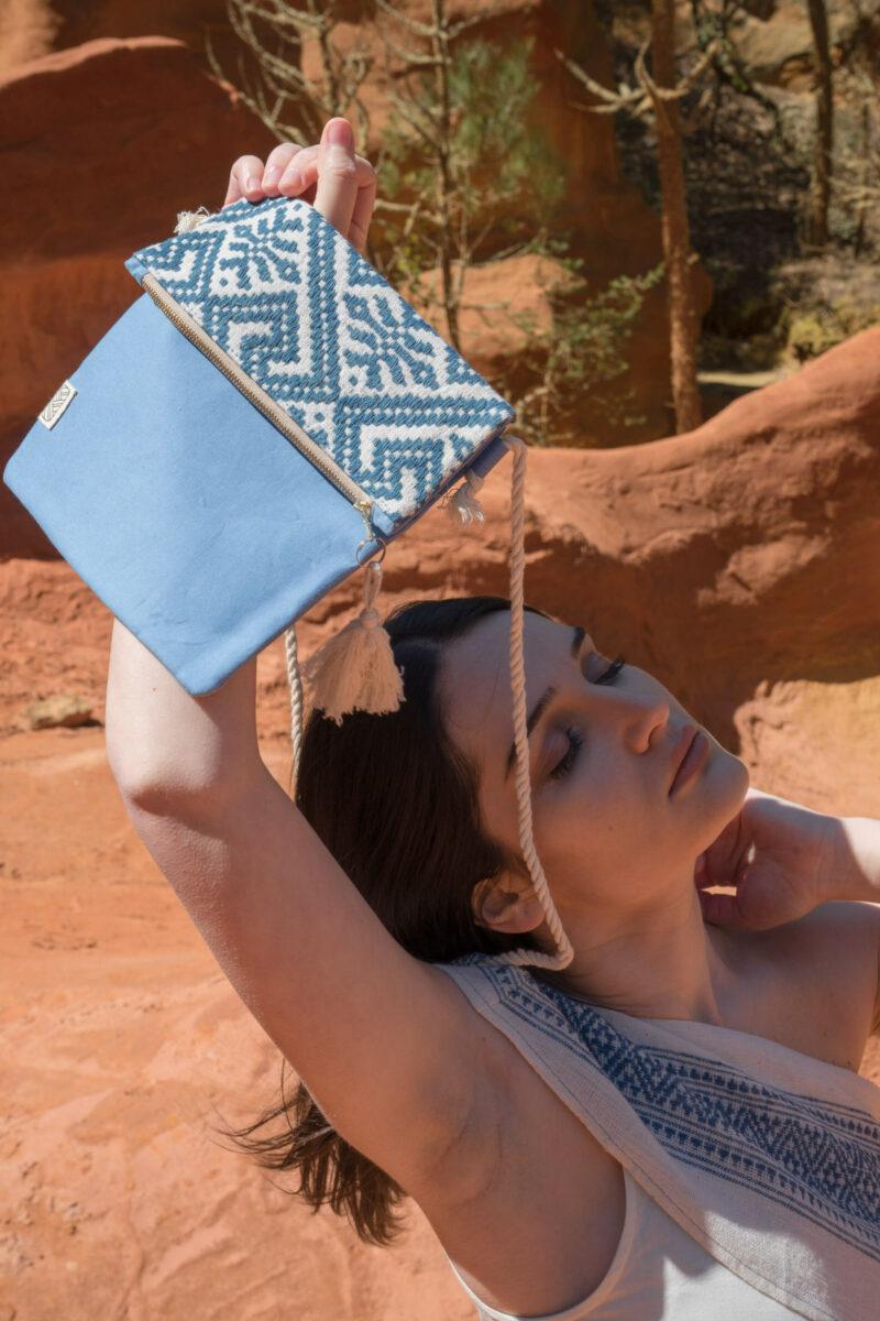 femme portant sac bandouliere motif ethnique bleu