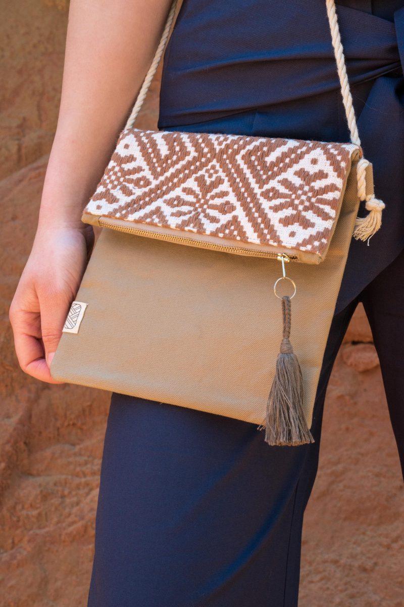 femme portant sac bandoulière tissage main ocre
