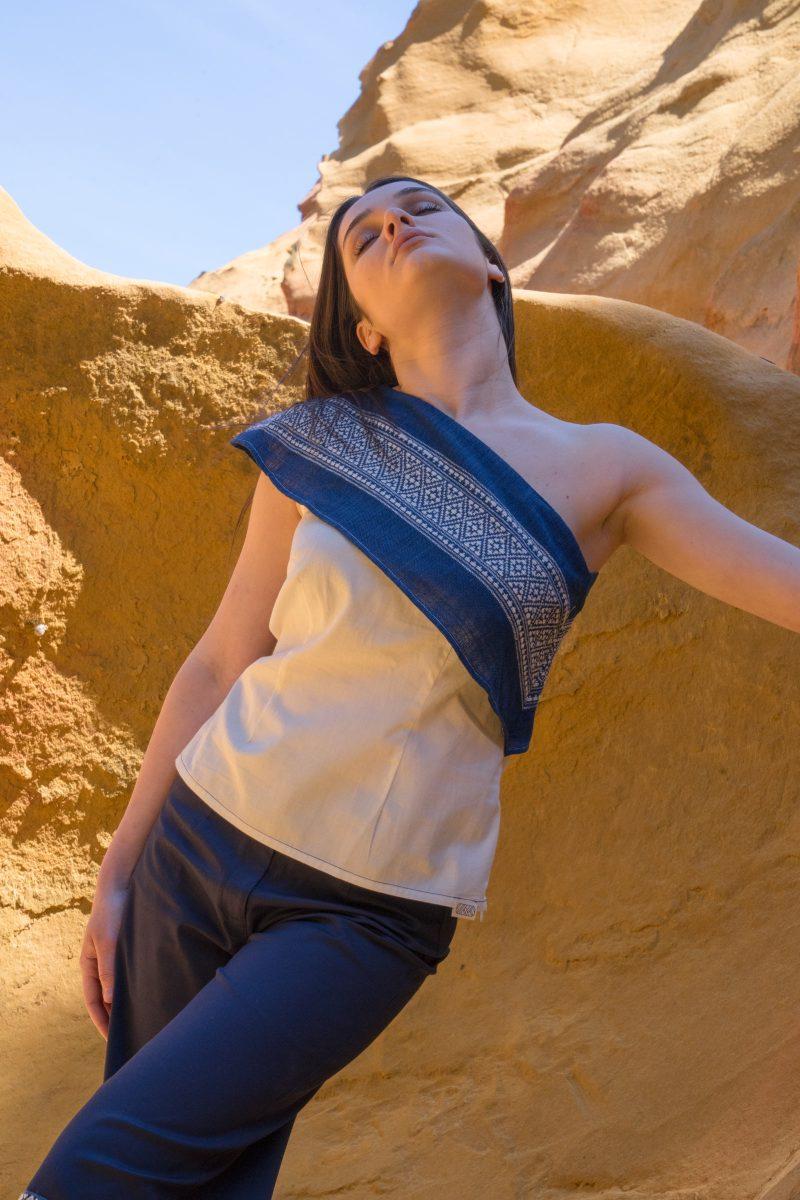 femme portant top asymetrique bleu tissage traditionnel