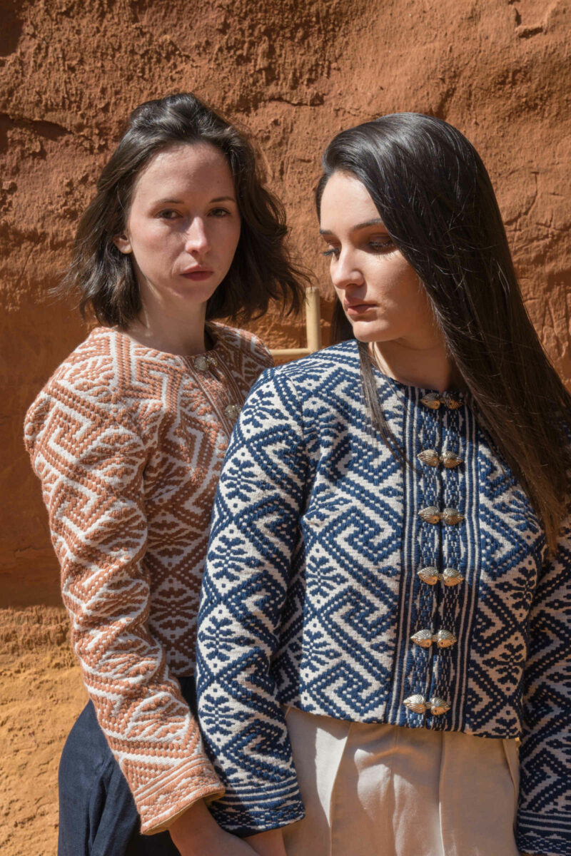 deux femmes portant veste tissage traditionnel